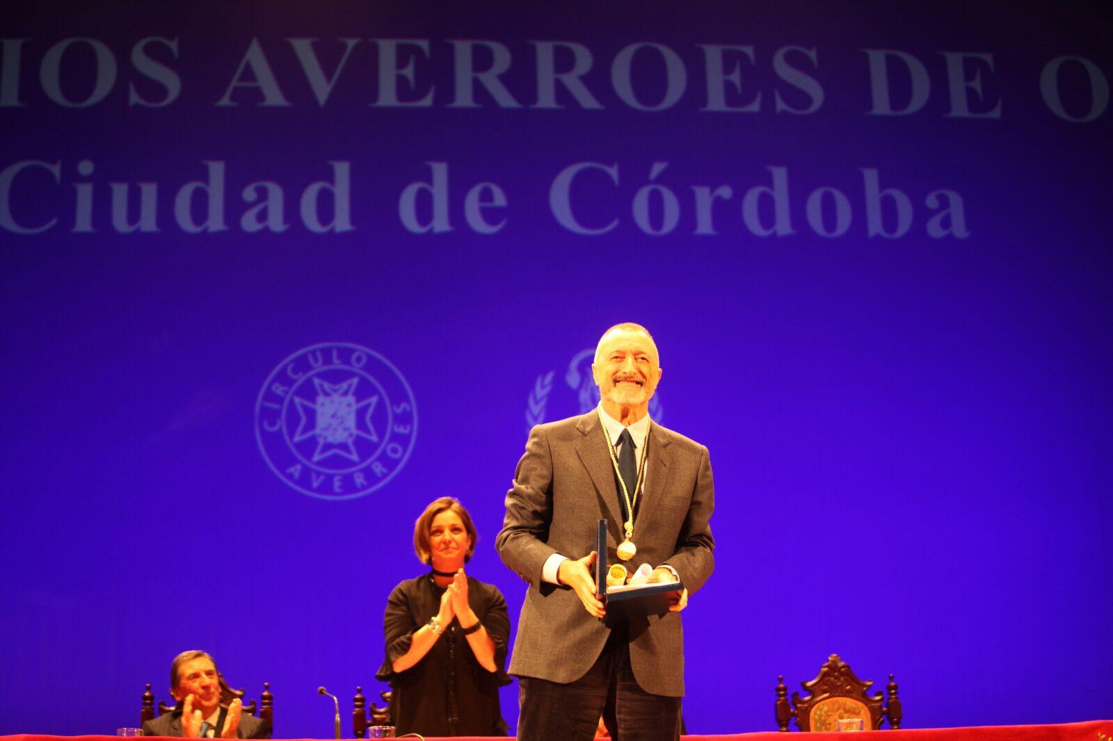 Arturo Pérez-Reverte, con su Premio Averroes de Oro 2016
