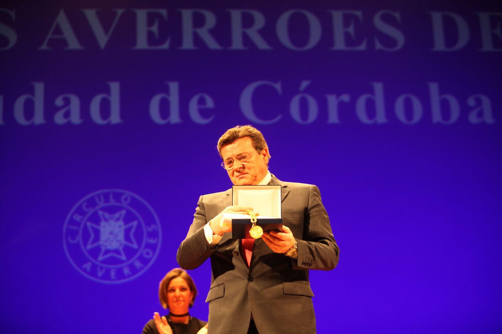 El padre de Mireia Belmonte, José Belmonte, recogió el premio en nombre de su hija
