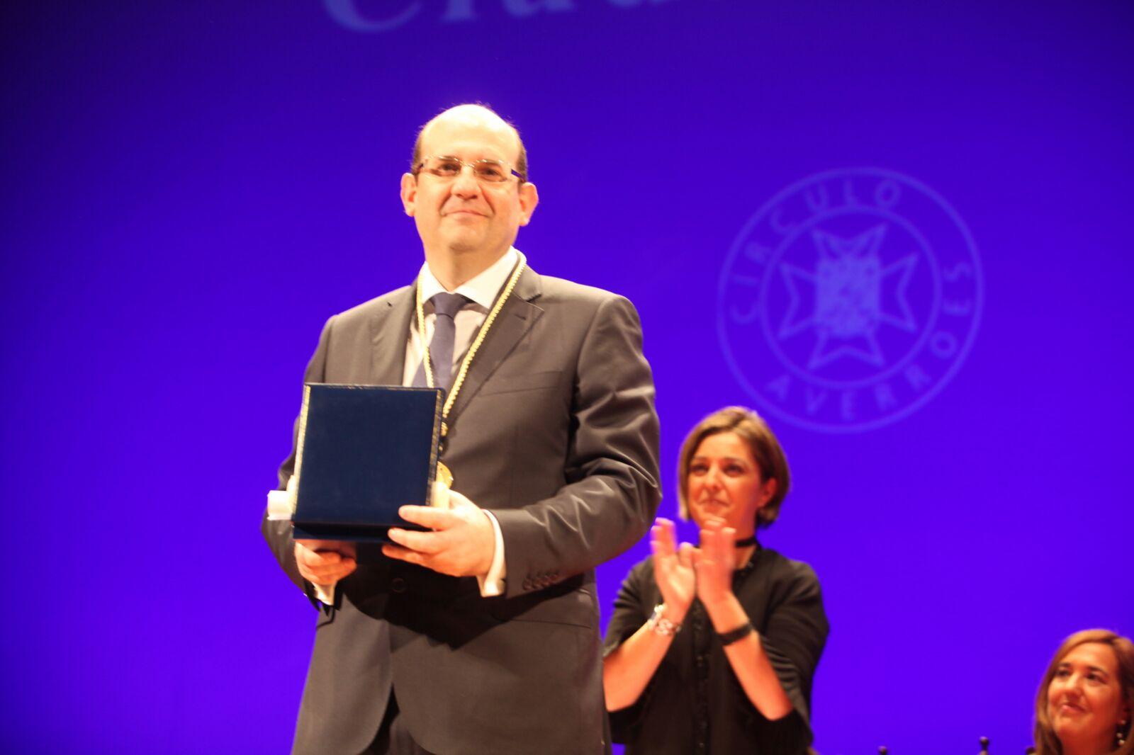 Santiago Muñoz Machado, con su Premio Averroes de Oro 2016