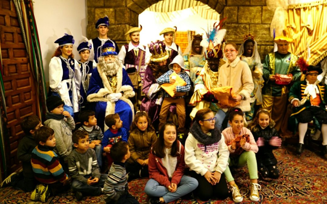 Los Reyes Magos visitan la sede de la Fundación Cajasol en Cádiz: 'Un juguete, una ilusión'