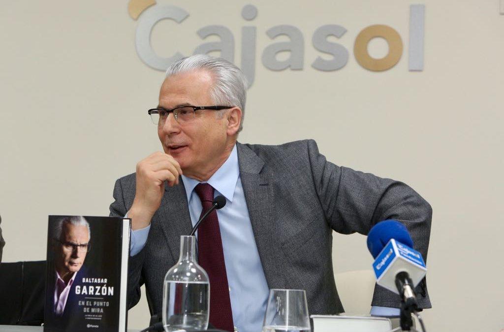 Presentación del libro 'En el punto de mira', de Baltasar Garzón, en la Fundación Cajasol