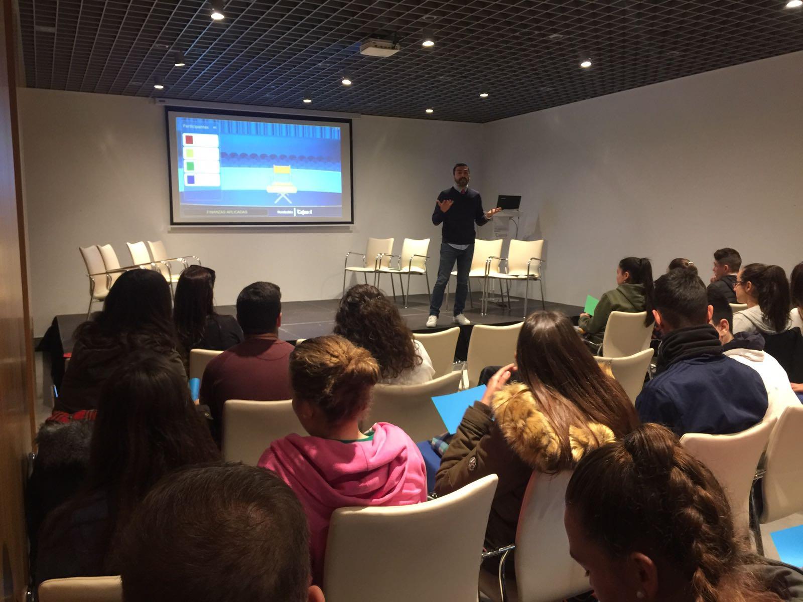 El monitor explica la forma de participar en el taller de la educación financiera