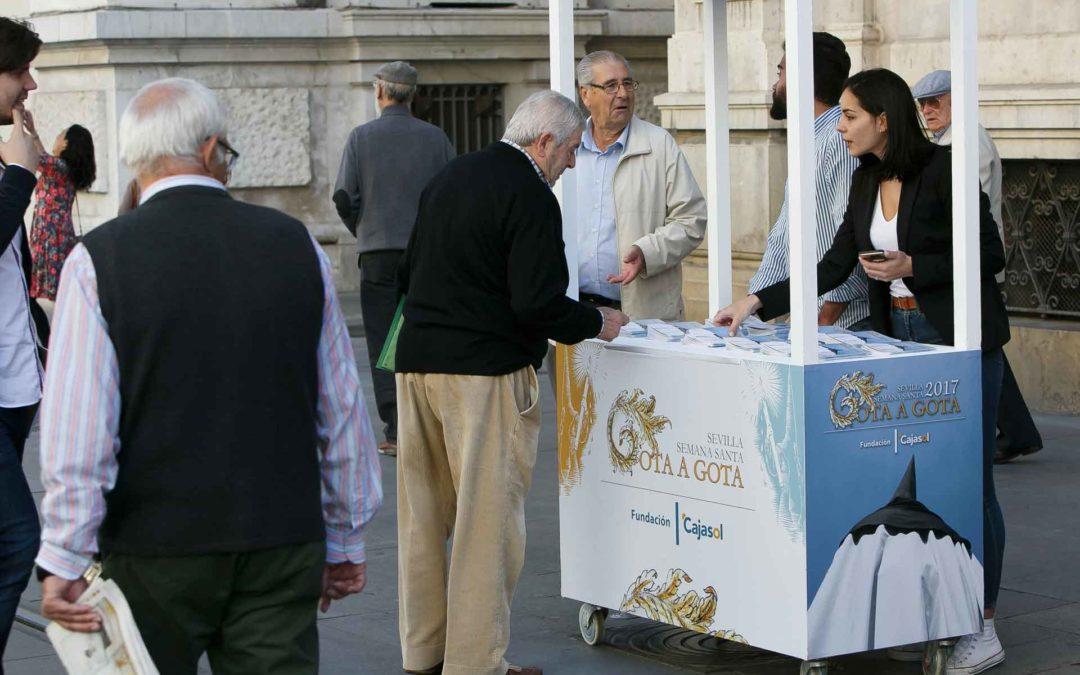 La Fundación Cajasol reparte 50.000 ejemplares de su programa de mano de Semana Santa en Sevilla