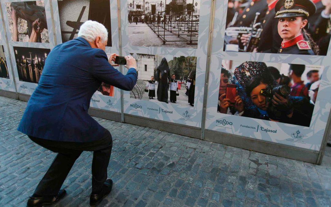 La Fundación Cajasol vuelve a cubrir con fotografías vineladas los paneles de la Carrera Oficial en la Semana Santa de Sevilla