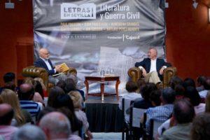 Jesús Vigorra y Arturo Pérez Reverte, durante la charla-coloquio en el patio de la Fundación Cajasol