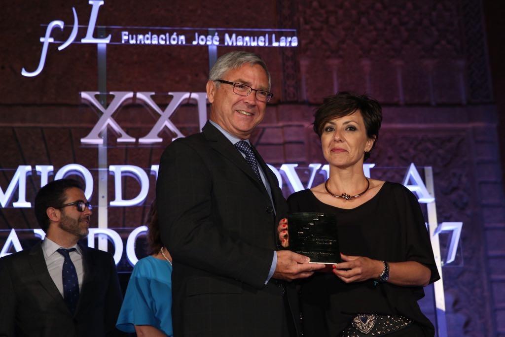 Sonsoles Ónega recibe el XXII Premio Fernando Lara de manos de Jean Paul Rignault