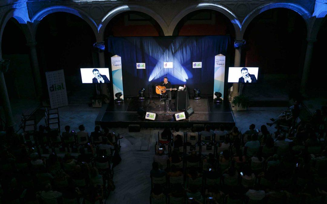 El patio de la Fundación Cajasol, 'Escenario Dial' del concierto de Revólver en Sevilla