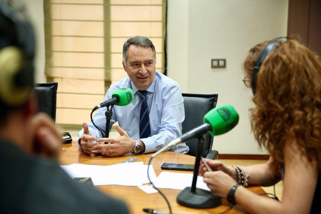 Francisco Galván, coordinador de voluntariado de la Fundación Cajasol, durante su intervención en Sevilla en la Onda