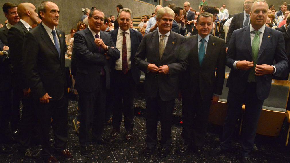 Antonio Pulido, presidente de la Fundación Cajasol, junto a Alfonso Dastis y más autoridades en el Foro Joly