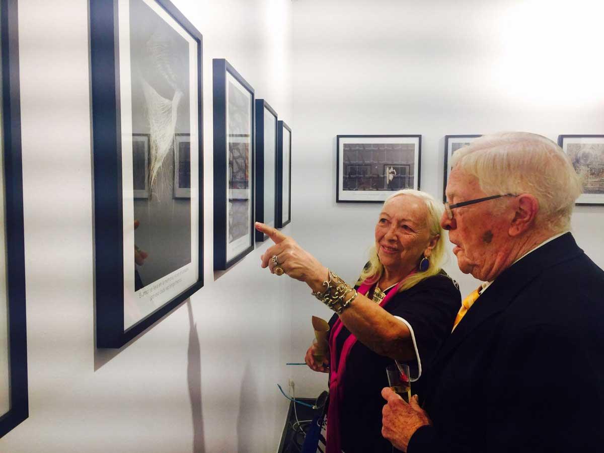 El público disfruta con la exposición 'Frases que habitan en el olvido'