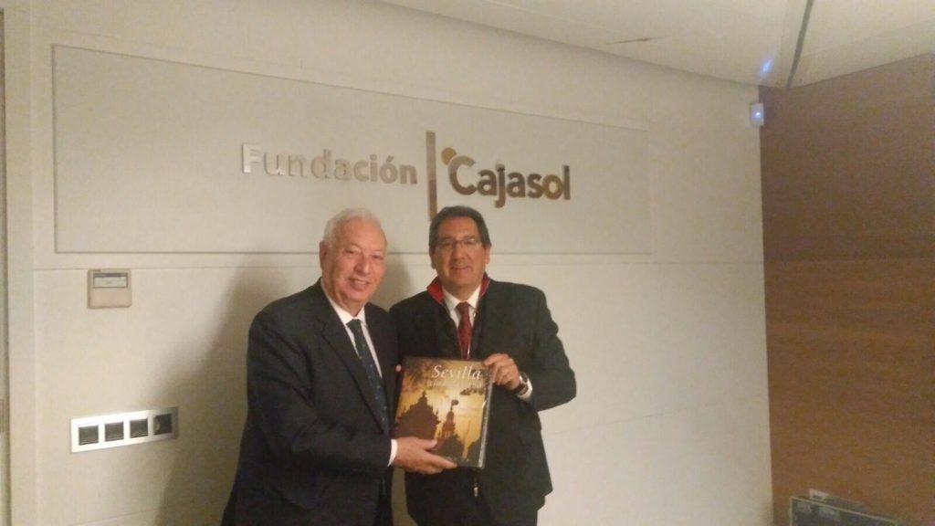 Antonio Pulido, presidente de la Fundación Cajasol, junto a García-Margallo