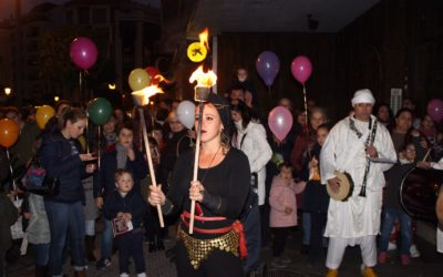 Un pasacalles con música, baile y malabares anuncian la programación navideña de la Fundación Cajasol en Huelva