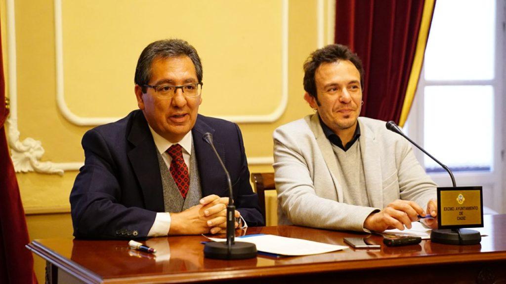 Antonio Pulido y José María González presentan el acuerdo de colaboración entre Fundación Cajasol y Ayuntamiento de Cádiz para el Carnaval 2018