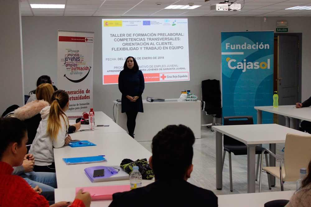 La Fundación Cajasol y Cruz Roja forman a jóvenes desempleados en el sector del comercio