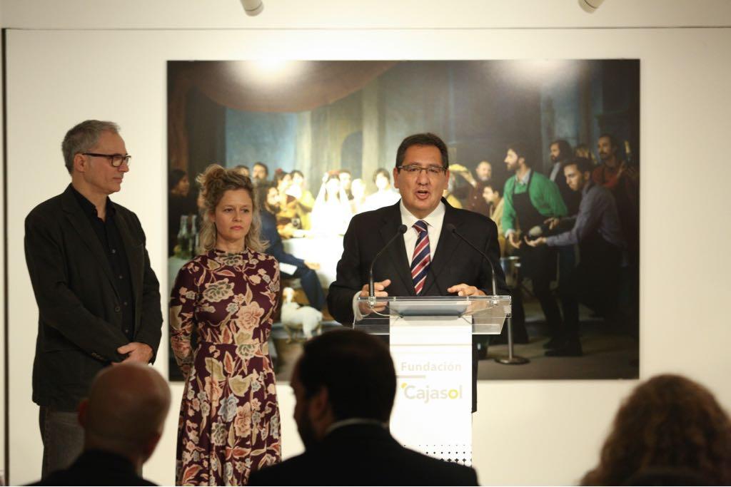 Inauguración de la exposición 'Murillo fotógrafo' en la Fundación Cajasol, con Antonio Pulido, Laura León y José Antonio de Lamadrid