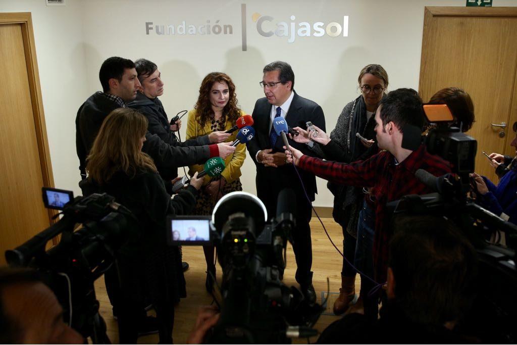 María Jesús Montero y Antonio Pulido atienden a los medios de comunicación en la Fundación Cajasol