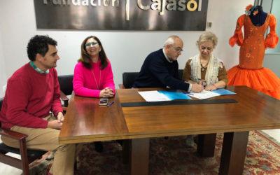 Entrega de microcrédito a la firma de moda flamenca 'Manoli Zambrano' en la sede de la Fundación Cajasol en Huelva