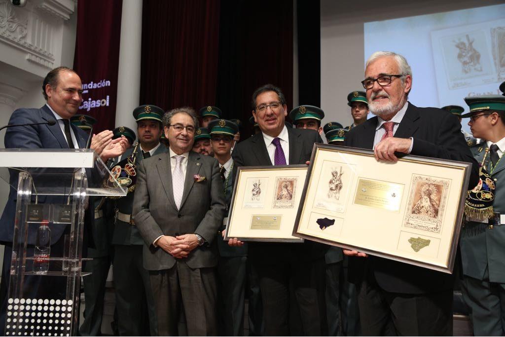 Antonio Pulido y Carlos Colón recibieron un recuerdo por la elaboración y edición de 'Gran Poder y Macarena'