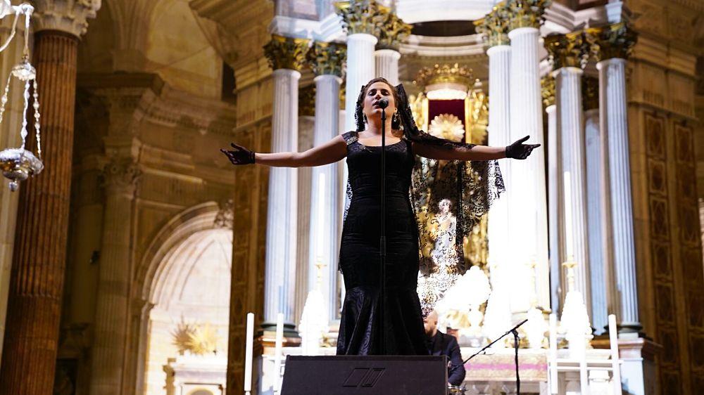 Laura Gallego muestra su lado más cofrade en la Catedral de Cádiz