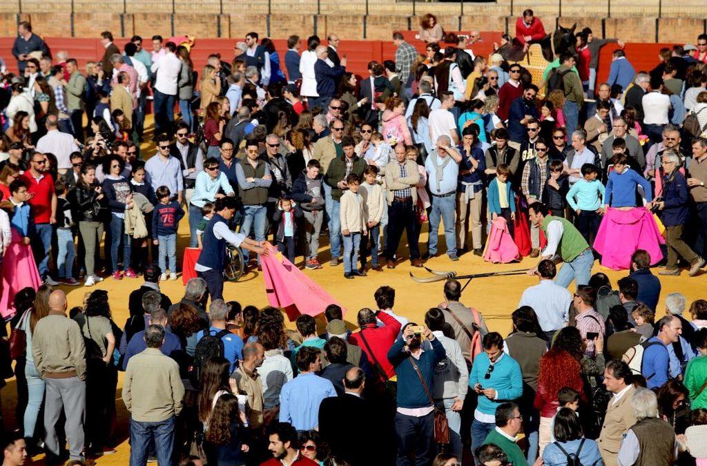 Miles de personas prueban las distintas suertes del toreo en la Maestranza