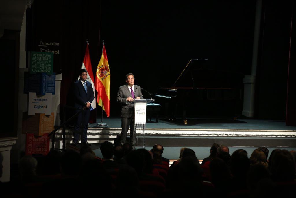 Antonio Pulido, presidente de la Fundación Cajasol, felicitando al Paraguay por su 207 aniversario