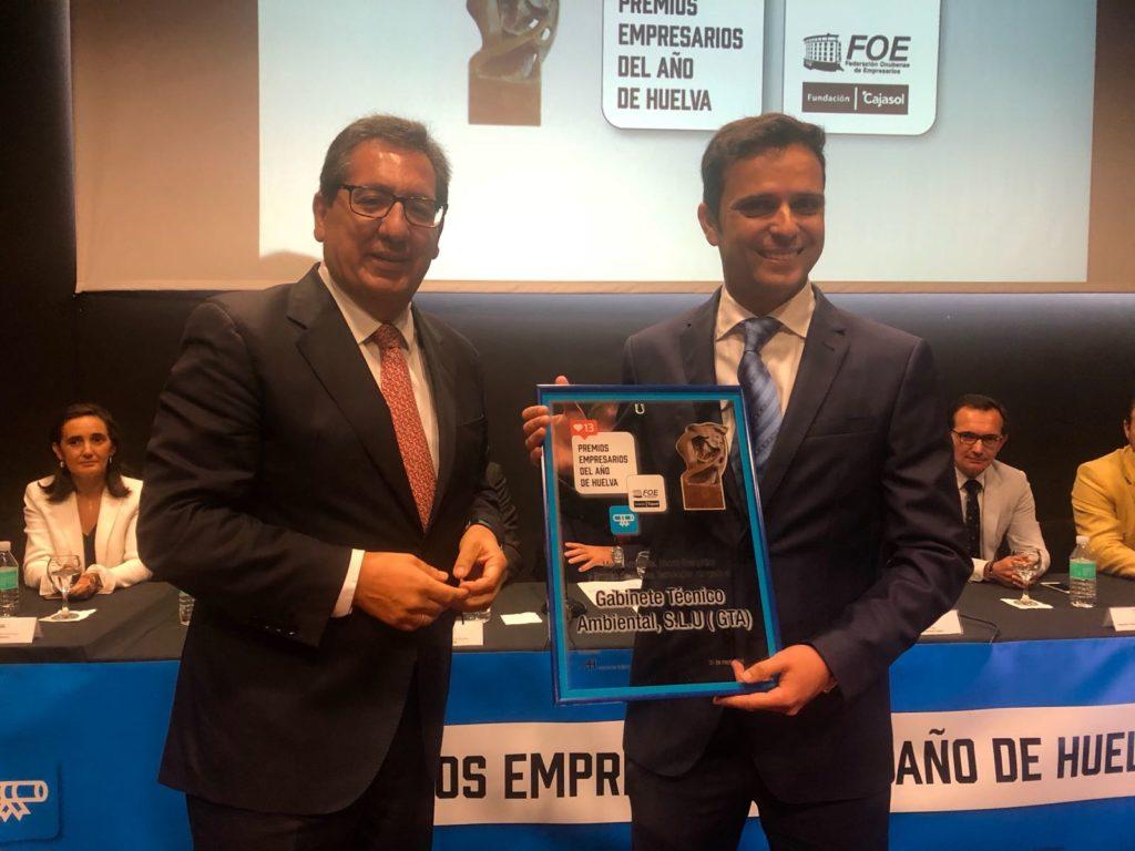 Antonio Pulido entrega uno de los premios a Alonso Salguero