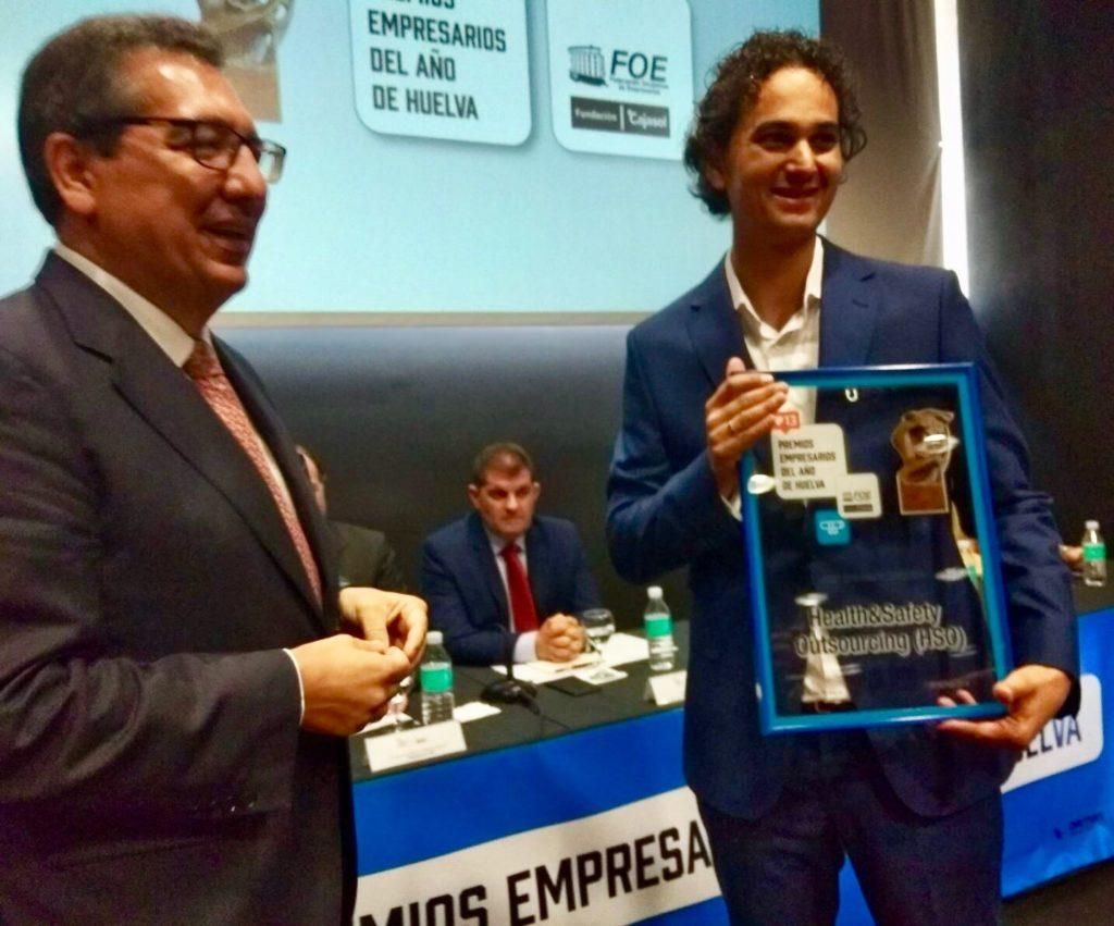 Antonio Pulido entrega premio a director de Outsourcing, Antonio José Pérez