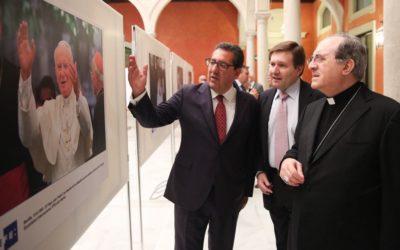 La Fundación Cajasol acoge '25 huellas del Papa Juan Pablo II' en Sevilla