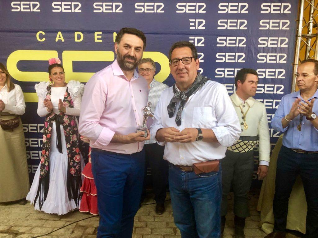Antonio Pulido, presidente de la Fundación Cajasol, entrega el Premio Tamborilero 2018 al consejero de Turismo y Deporte de la Junta de Andalucía