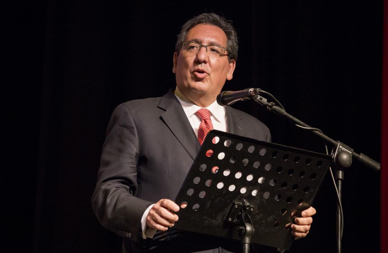 Antonio Pulido, presidente de la Fundación Cajasol, clausurando el EKHuelva18 en el Gran Teatro de Huelva