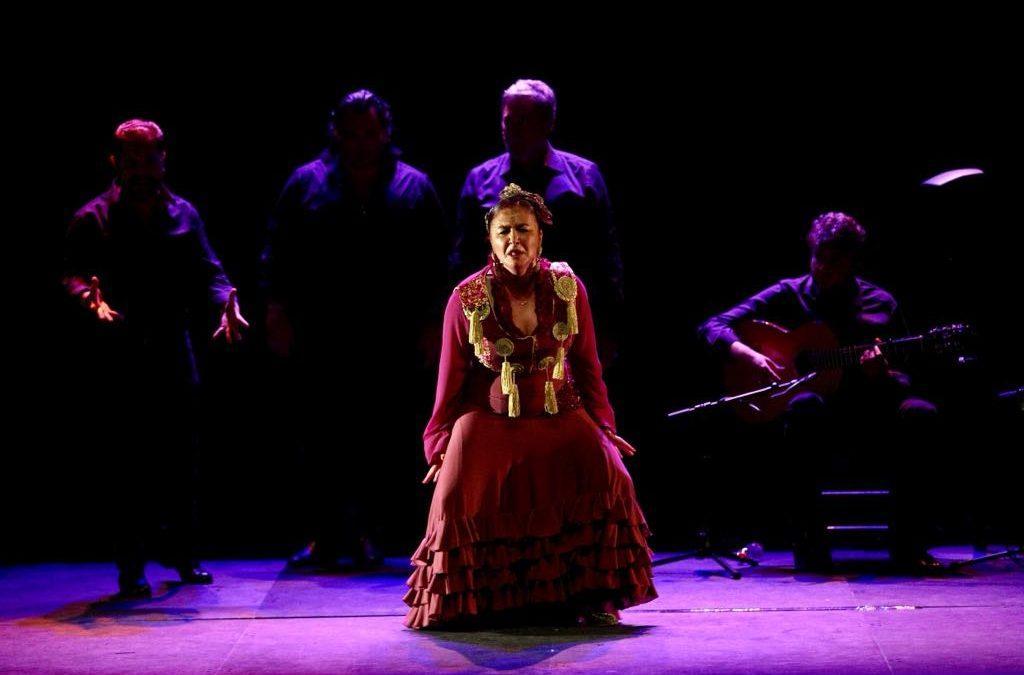 Manuela Carpio pisa fuerte el escenario de la Fundación Cajasol 'Al compás con su gente'