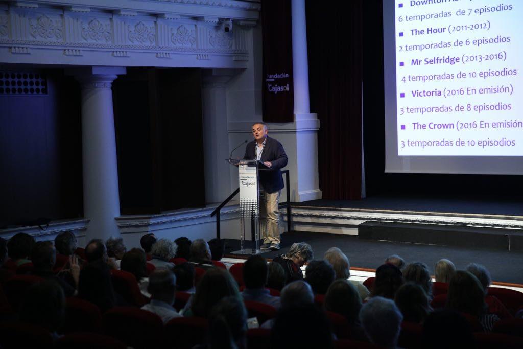 Alberto Fijo explicando detalles sobre las series de ficción británicas en la Fundación Cajasol