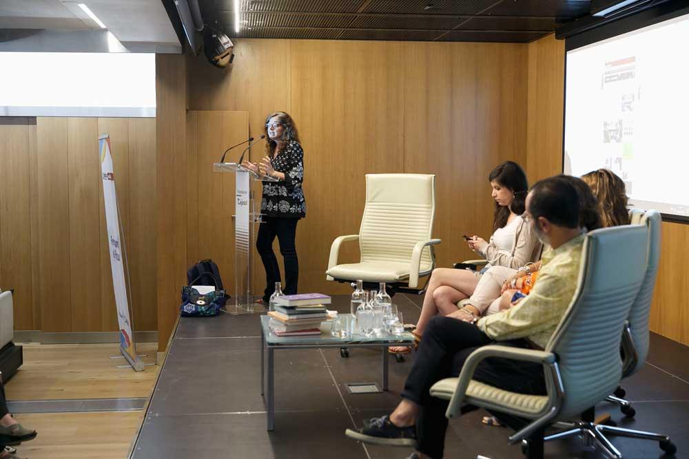 Lucrecia Hevia, introduciendo el debate en la Fundación Cajasol