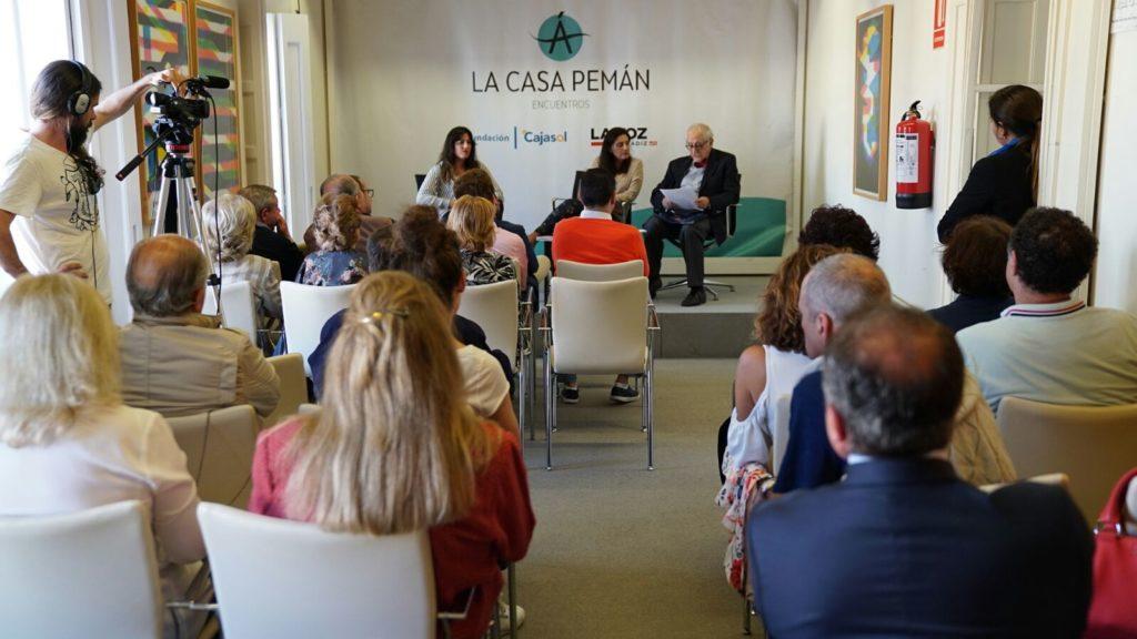 Victoria Ash e Inocencio Arias, recitando en la Fundación Cajasol