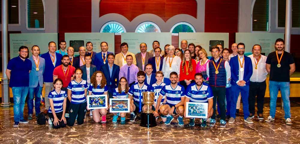 Foto de familia con dirigentes, plantilla y patrocinadores del Recreativo Bádminton IES La Orden