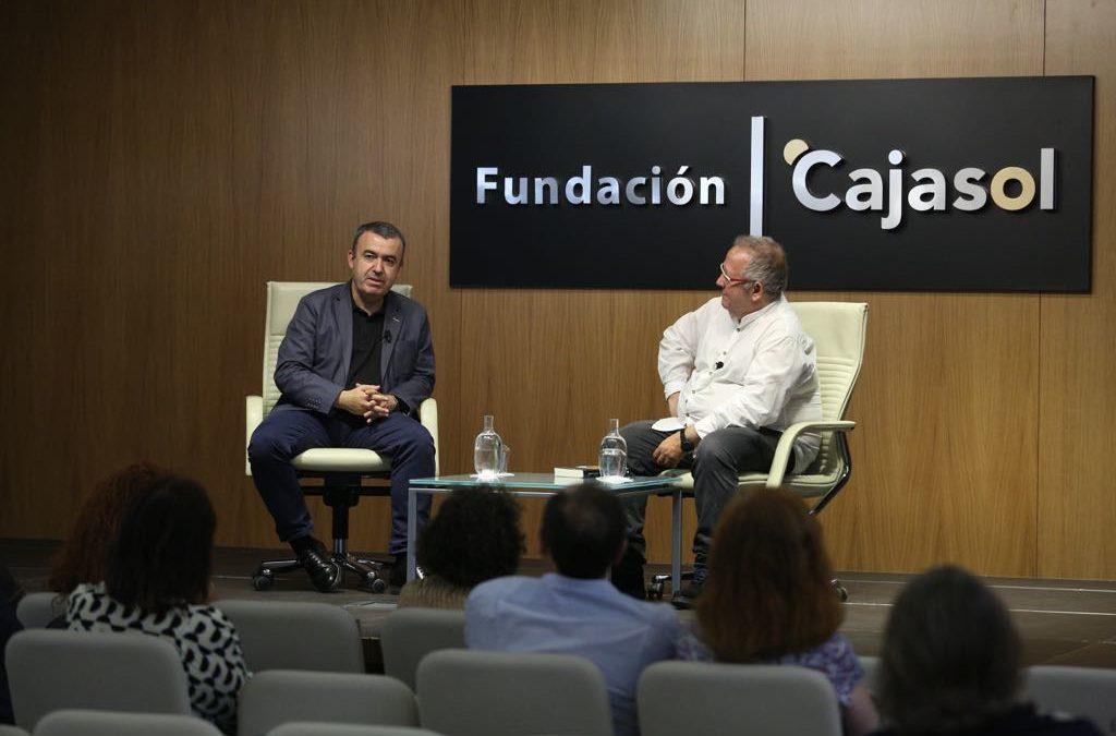 Lorenzo Silva presenta 'Lejos del corazón' en la Fundación Cajasol