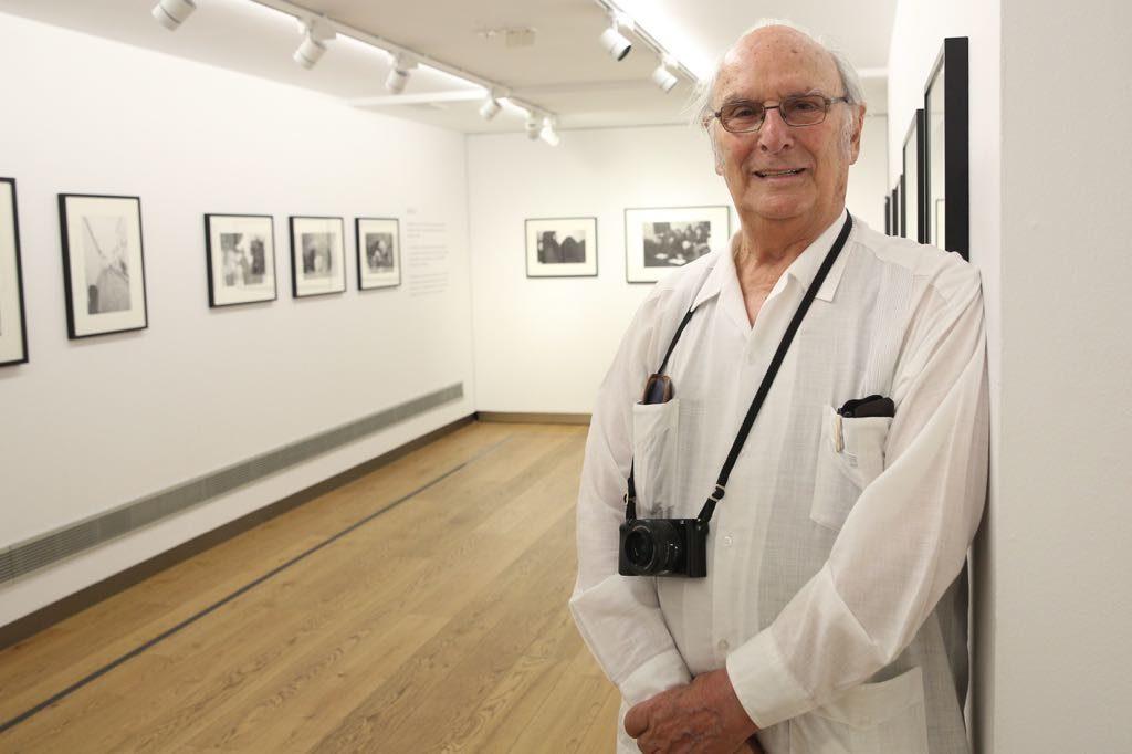 Carlos Saura, junto a varias de las obras que ilustran la exposición