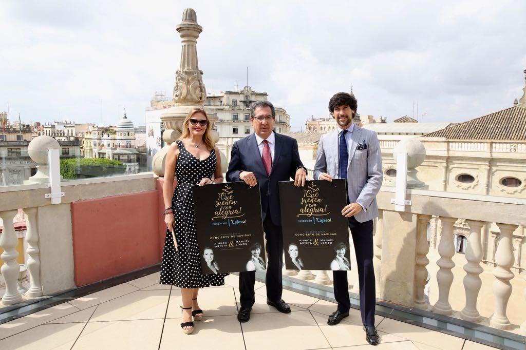 Ainhoa Arteta, Antonio Pulido y Manuel Lombo en la azotea de la Fundación Cajasol en Sevilla