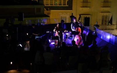 Milian Oneto y su encantadora voz brindan una noche especial en la azotea de la Fundación Cajasol en Cádiz