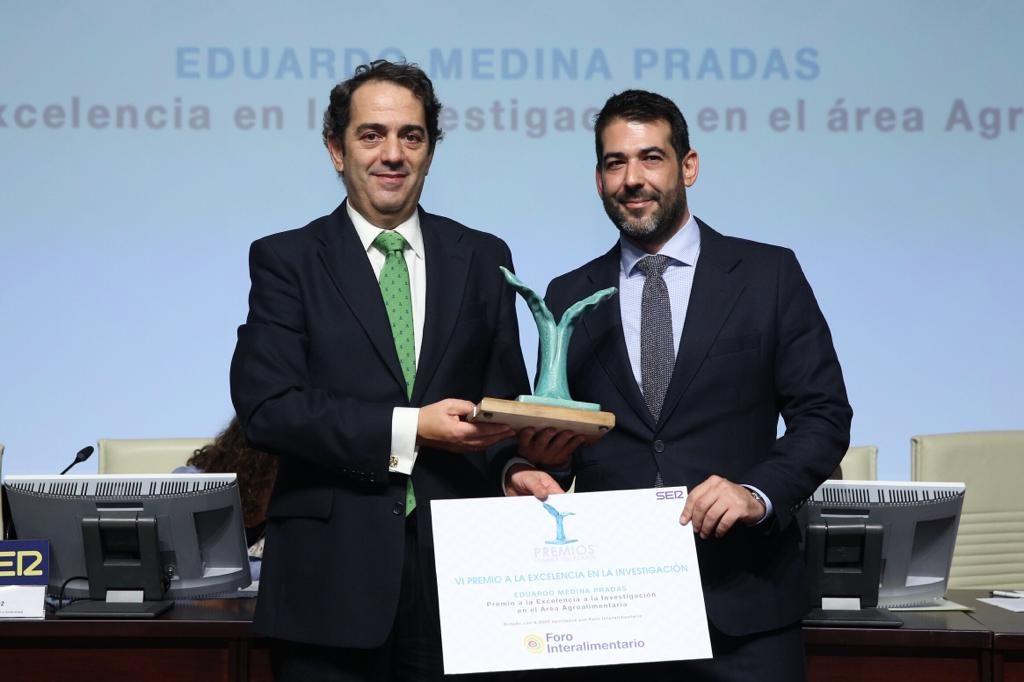 Eduardo Medina recoge su Premio Manuel Losada Villasante