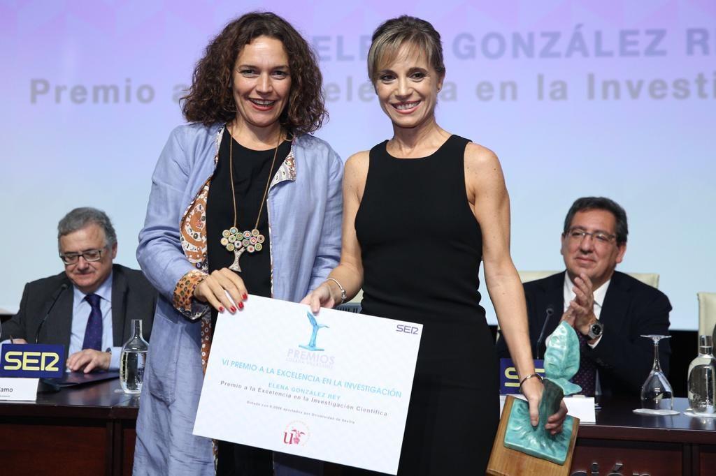 Elena González recoge su Premio Manuel Losada Villasante