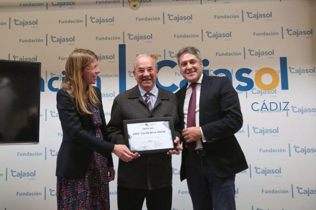 Mar Díez, delegada de la Fundación Cajasol en Cádiz, y José Mata, presidente de la Fundación Cádiz CF, entregaron los reconocimientos