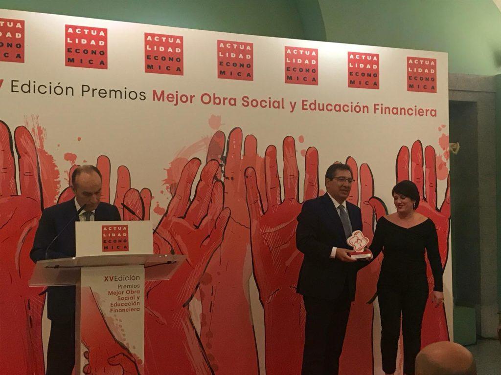 Antonio Pulido recibe premio de la revista Actualidad Económica