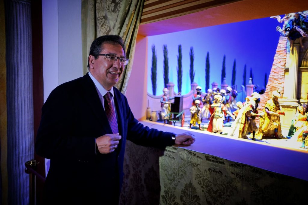 Antonio Pulido, junto a una de las zonas del tradicional Belén de la Fundación Cajasol en Cádiz