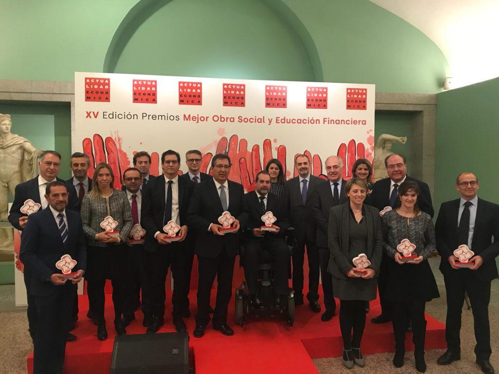 Foto de familia con las entidades galardonadas en los XV Premios Obra Social y Educación Financiera de la Revista 'Actualidad Económica'
