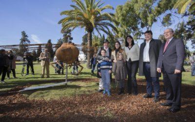 La escultura del onubense Víctor Pulido 'Imago' ya luce en los jardines del Campus de El Carmen