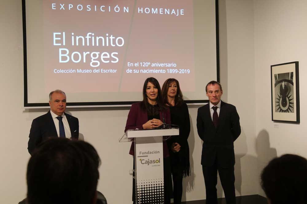 La delegada de la Fundación Cajasol en Córdoba, Mili Jiménez, explicando detalles de la exposición