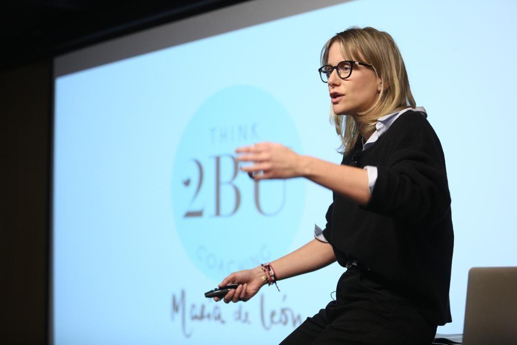 María de León, explicando algunos de sus proyectos en el ciclo Fundación Cajasol en Redes