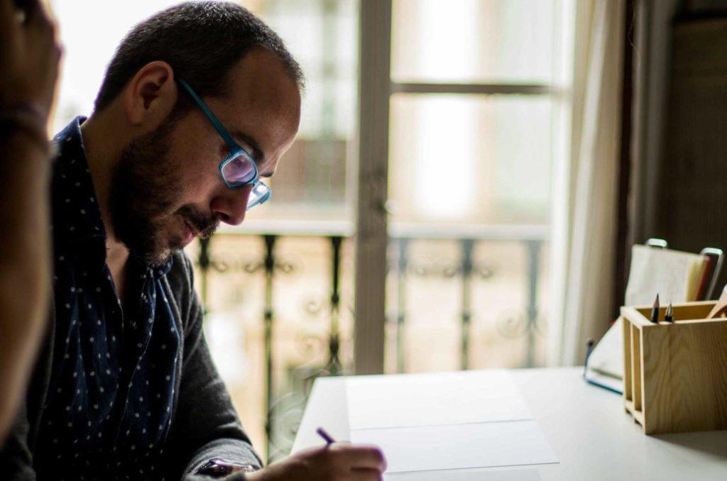 Óscar Ortiz Marzo, en su estudio trabajando