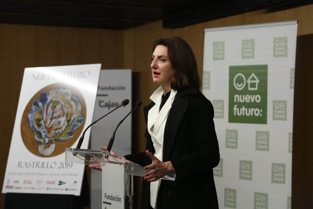 Cristina Ybarra, explicando los detalles de su obra en la Fundación Cajasol